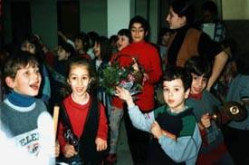 """Λέγοντας τα """"χελιδονίσματα"""" σ' όλο το σχολείο, την πρώτη μέρα της άνοιξης."""